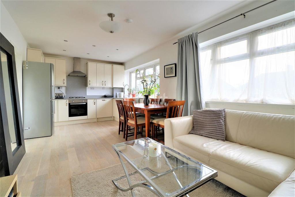 3 Bedrooms Flat for sale in Ben Tillet Close, Barking, Essex