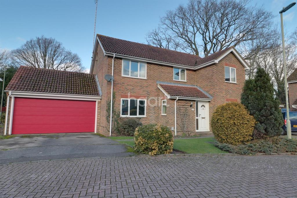 5 Bedrooms Detached House for sale in McNaughton Close, Farnborough
