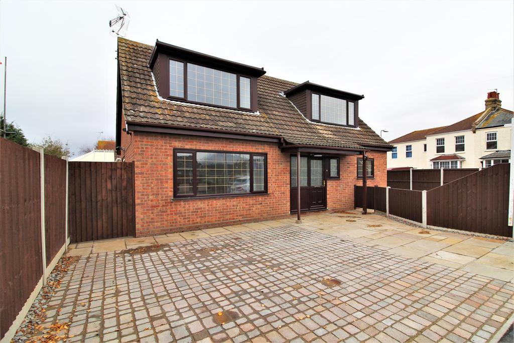 5 Bedrooms Detached House for sale in Bockings Grove, Clacton-On-Sea