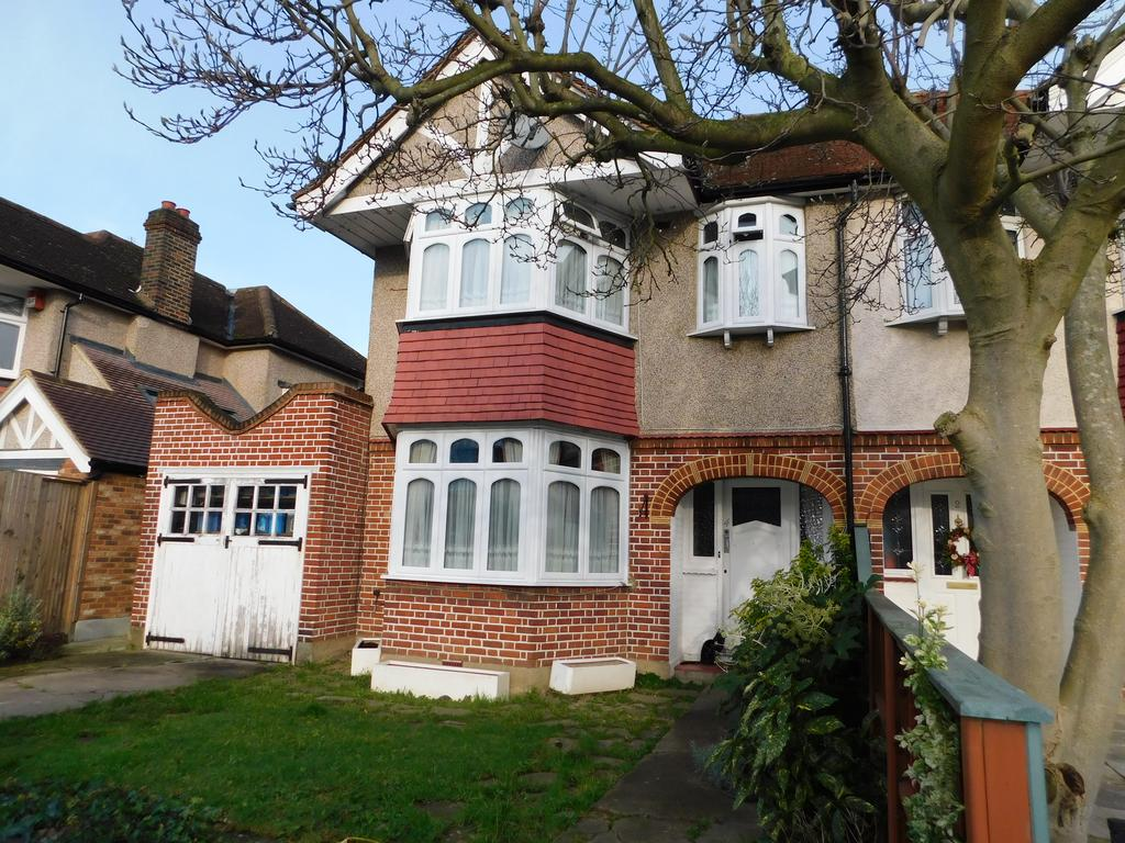3 Bedrooms Semi Detached House for sale in Bryanston Avenue, Whitton TW2