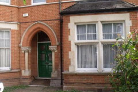 Studio to rent - Madeley Road, London
