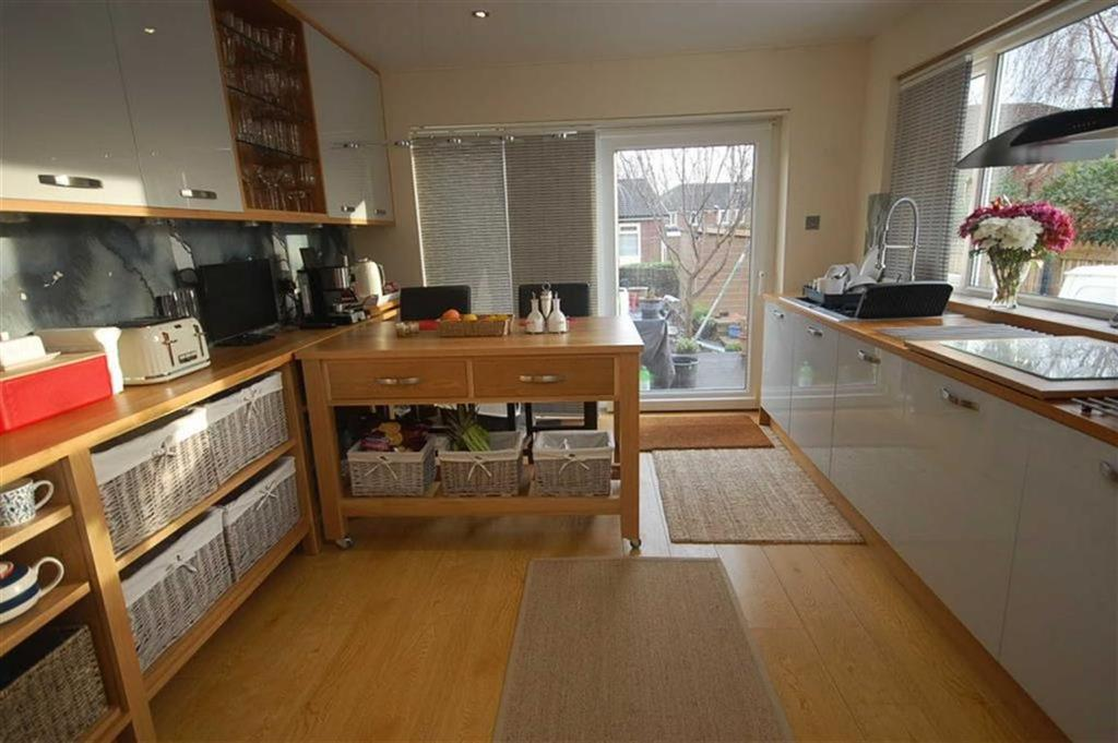 2 Bedrooms Semi Detached Bungalow for sale in West Royd Avenue, Mirfield, WF14