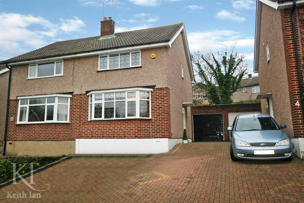 3 Bedrooms Semi Detached House for sale in Walk to school, Clarks Close, Ware