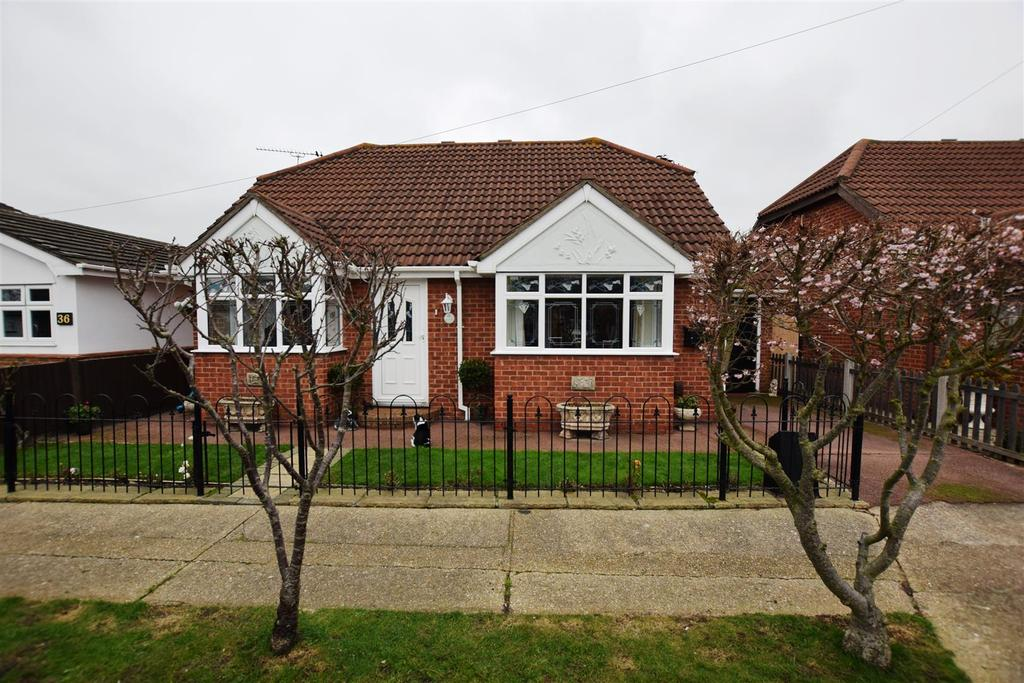 3 Bedrooms Detached Bungalow for sale in Metz Avenue, Canvey Island