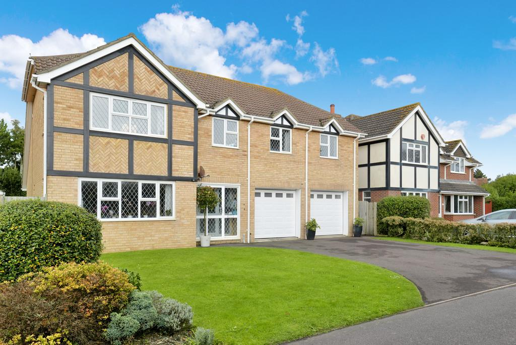 5 Bedrooms Detached House for sale in Sandmartin Close, Barton on Sea