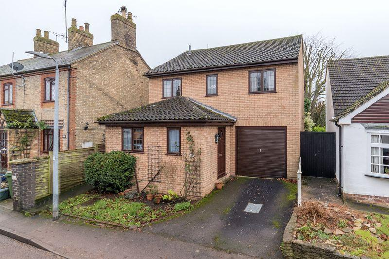 3 Bedrooms Detached House for sale in Three Bed Detached in Edlesborough.