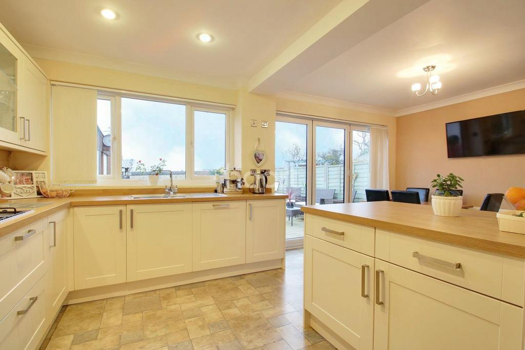 3 Bedrooms Semi Detached House for sale in Abbey Road, Hullbridge