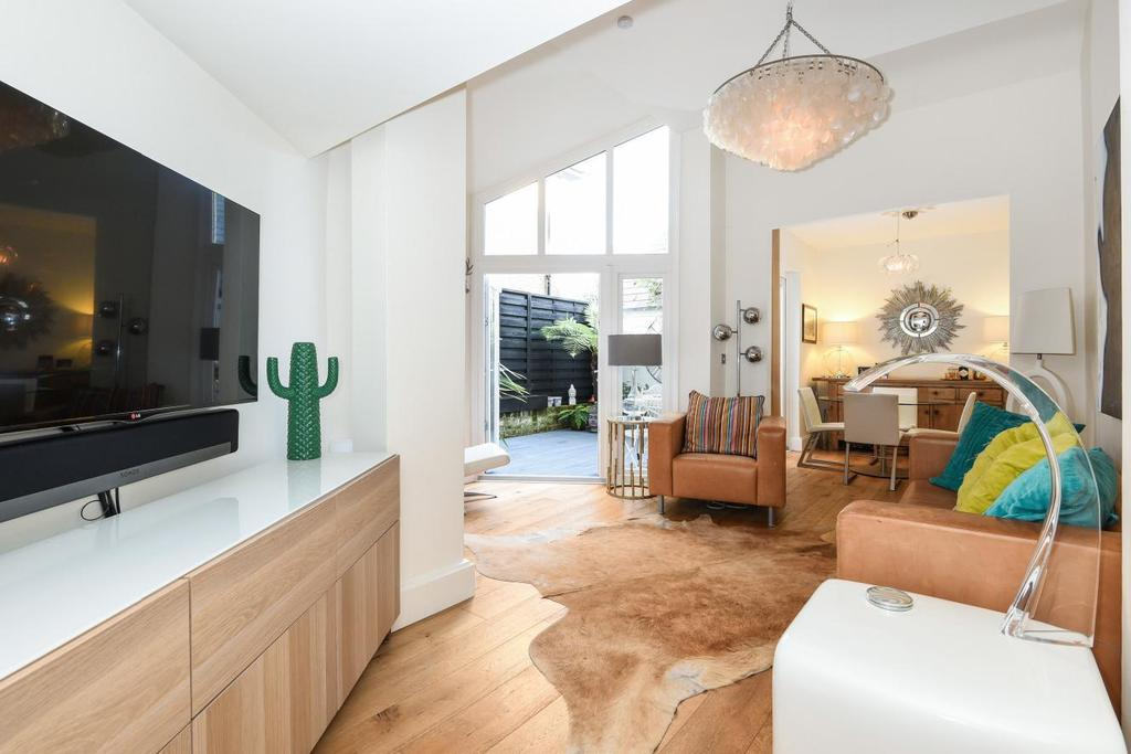 2 Bedrooms Flat for sale in Lambton Road, Finsbury Park