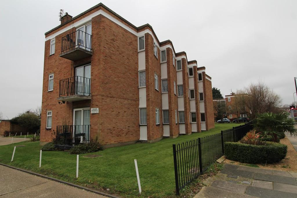 2 Bedrooms Apartment Flat for sale in Avon Road, Upminster, Essex, RM14