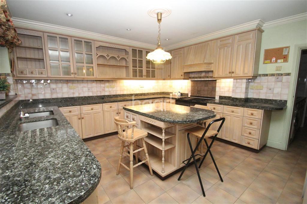 4 Bedrooms Detached House for rent in Gubbins Lane - RM3