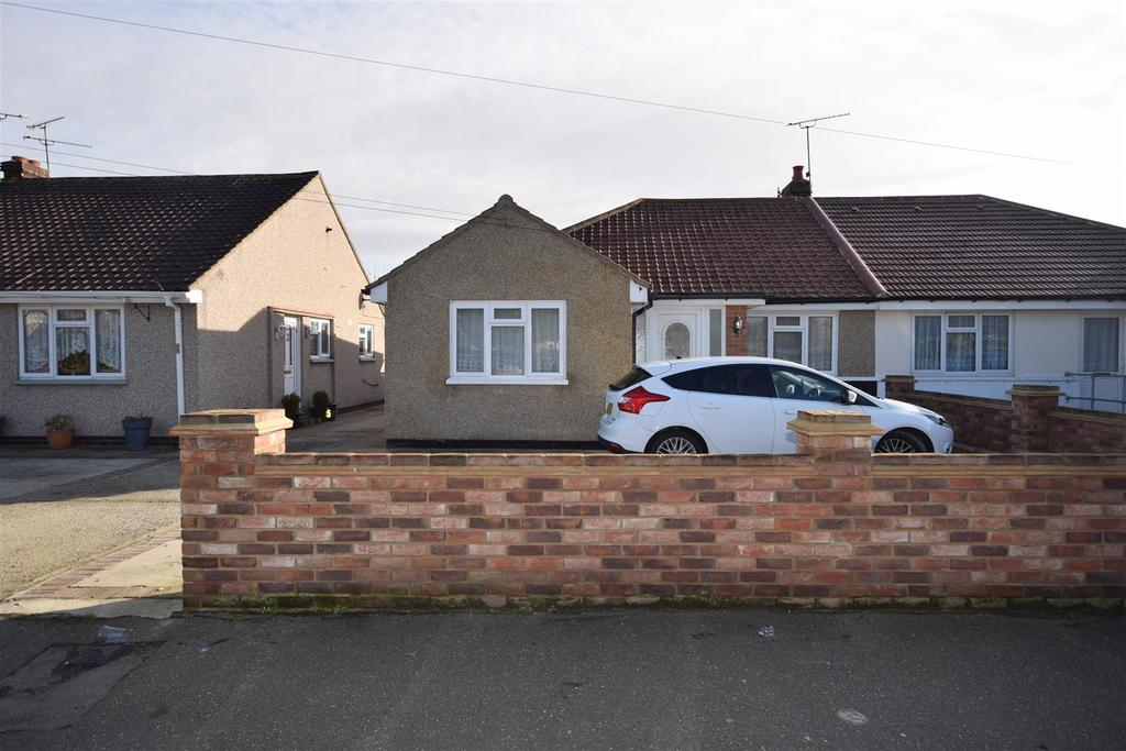 3 Bedrooms Semi Detached Bungalow for sale in Cedar Road, Canvey Island