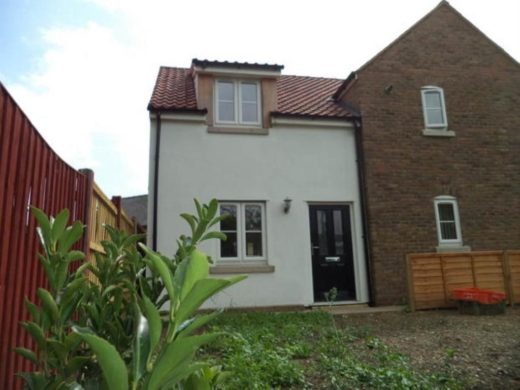 2 Bedrooms Semi Detached House for rent in Elwyn Road, March, Cambs