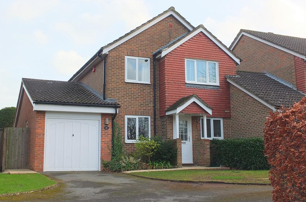 3 Bedrooms Detached House for sale in Strathfield Close, Haywards Heath, RH16