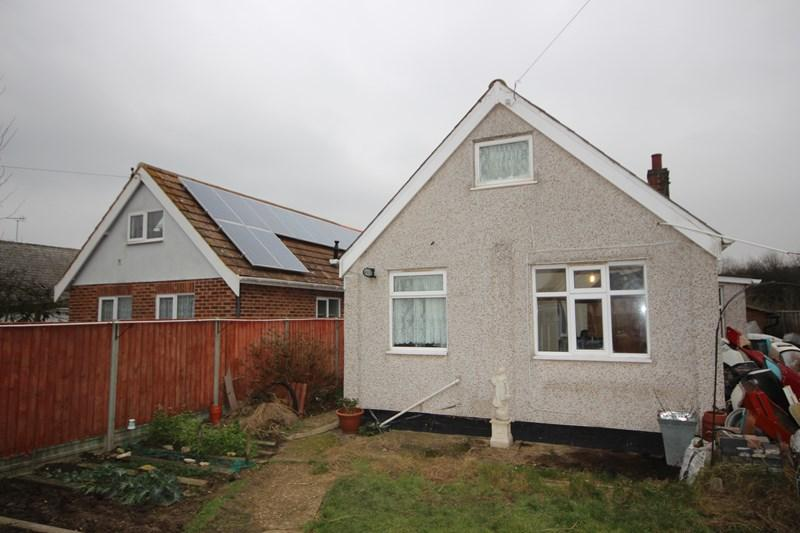 3 Bedrooms Detached Bungalow for sale in Golf Green Road, Clacton-On-Sea