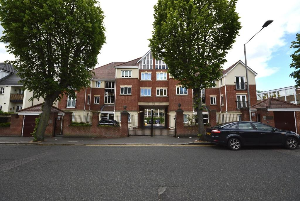 2 Bedrooms Apartment Flat for sale in Chartwell Place, Junction Road, Romford, RM1