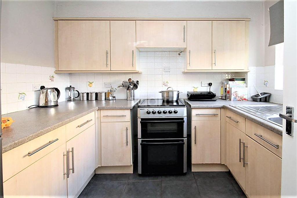 2 Bedrooms Flat for sale in Waterside Close, Barking, Essex
