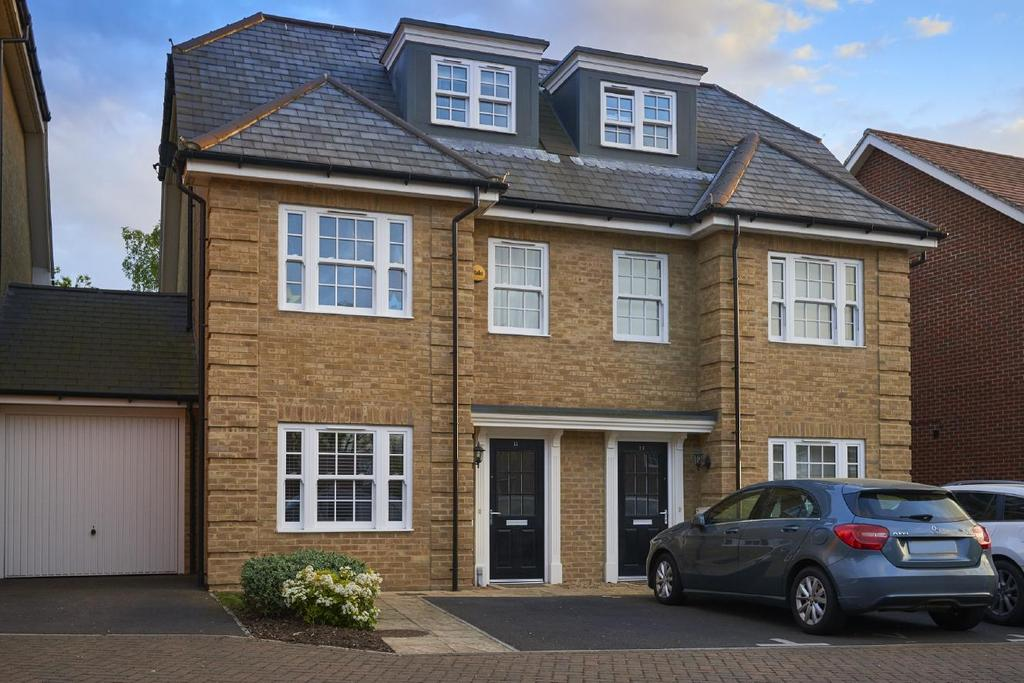 4 Bedrooms Semi Detached House for sale in Century Way, Beckenham