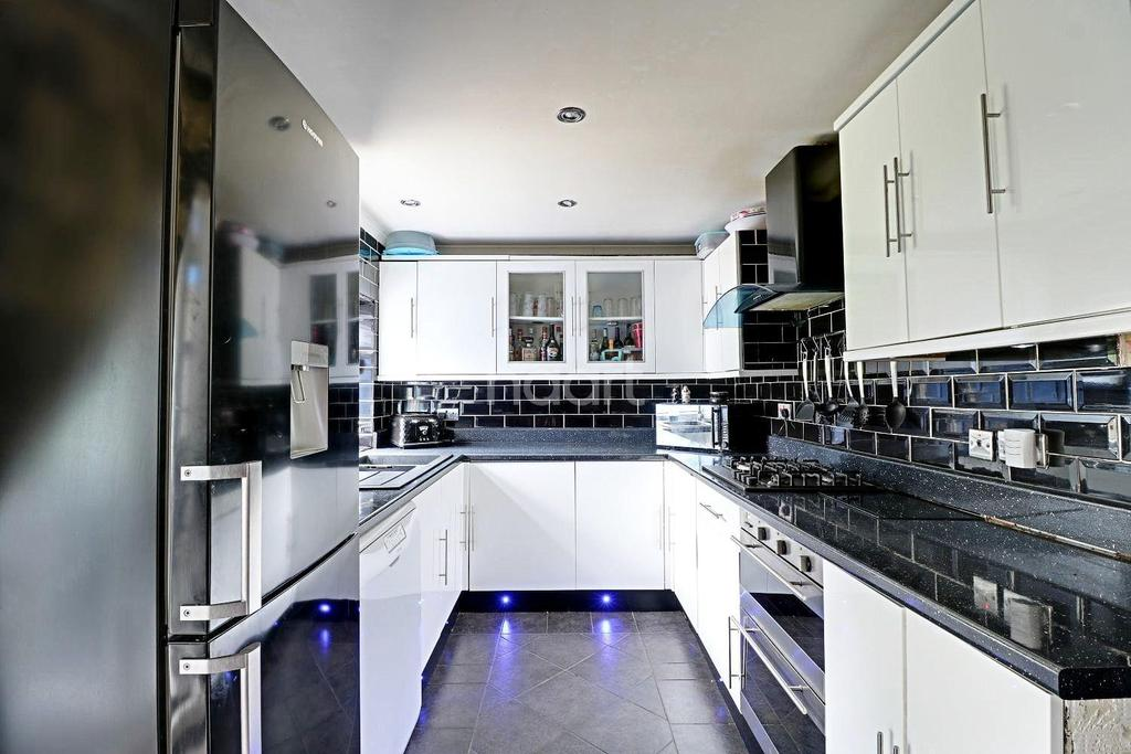 3 Bedrooms Semi Detached House for sale in Ivyhouse Road, Dagenham