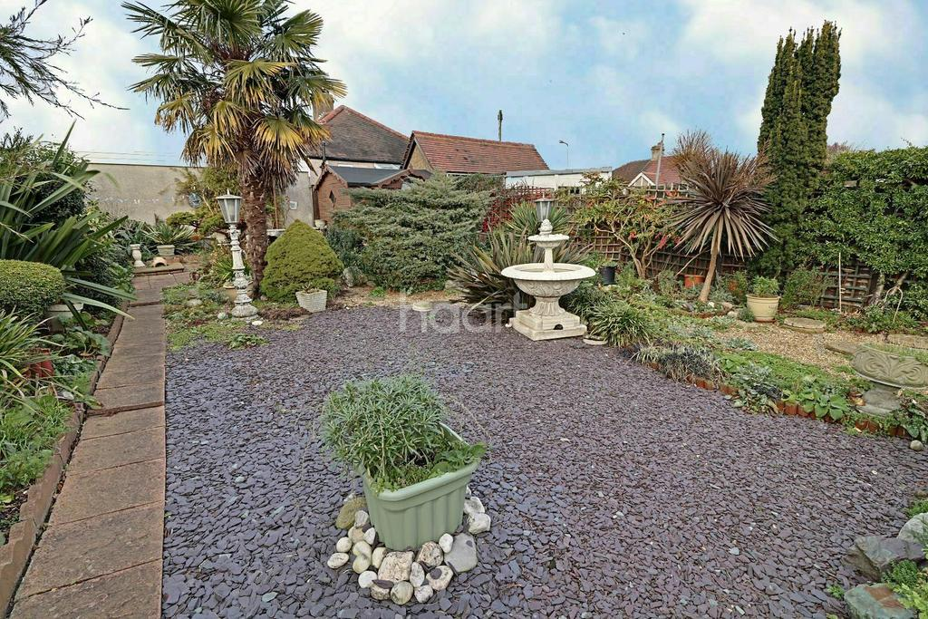 2 Bedrooms Bungalow for sale in New North Road, Hainault