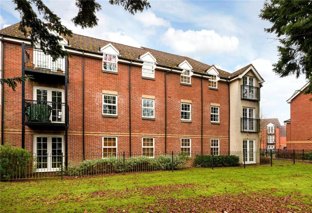 2 Bedrooms Flat for sale in Smeaton Court, Old College Road, Newbury, Berkshire, RG14