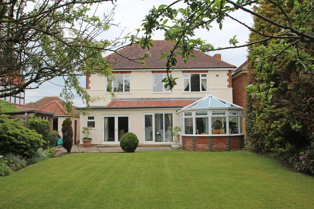 4 Bedrooms Detached House for sale in Beach Avenue, Barton On Sea