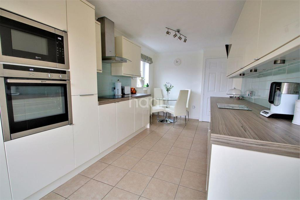 4 Bedrooms Detached House for sale in Bromley Close