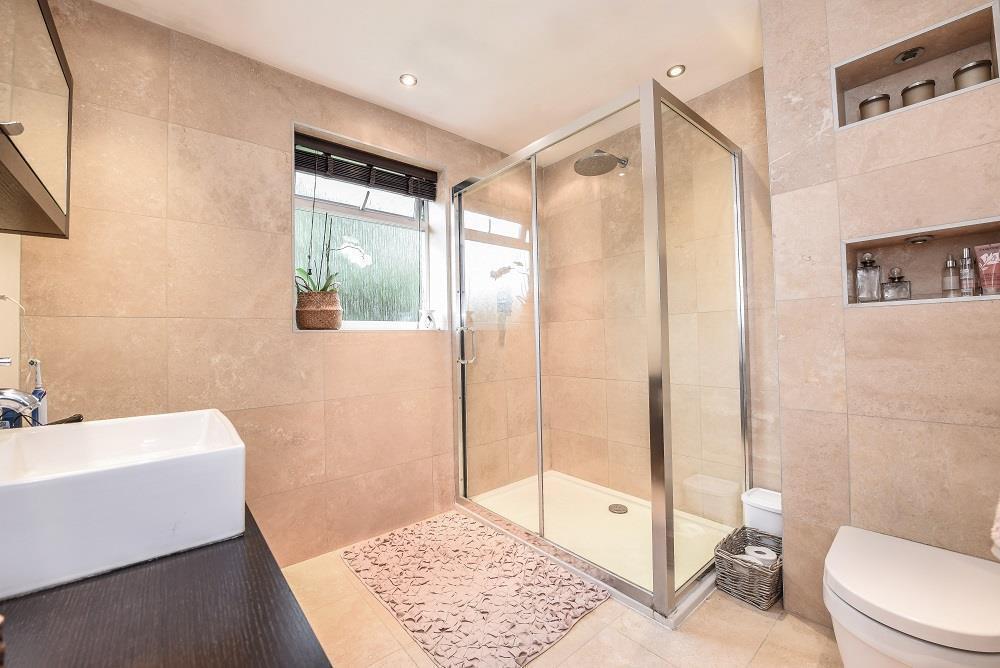 Bathroom (shower roo