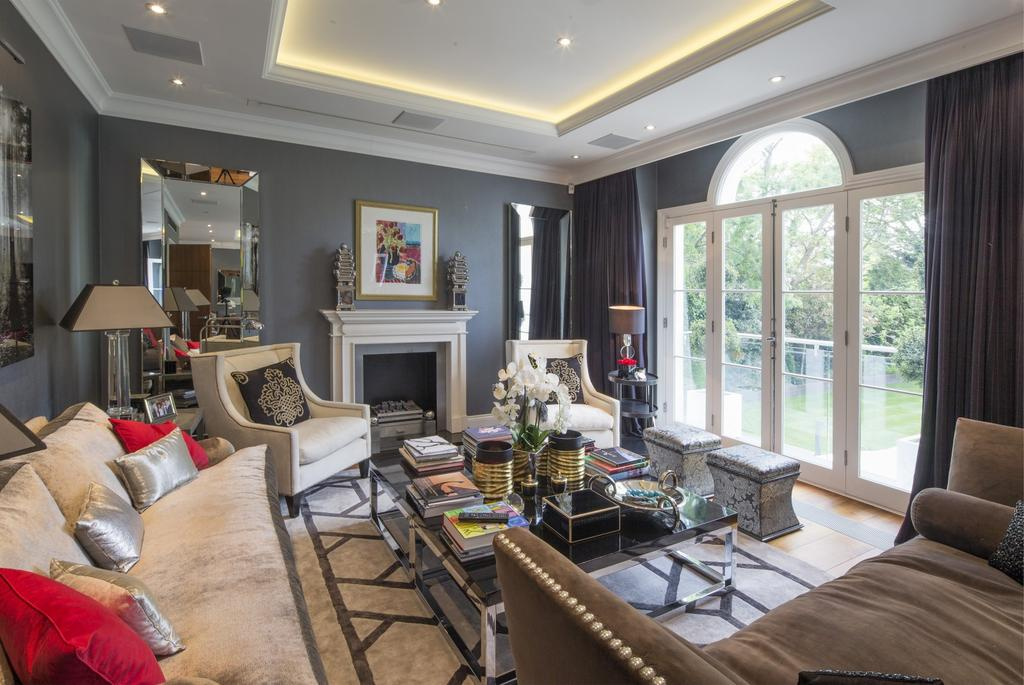 8 Bedrooms House