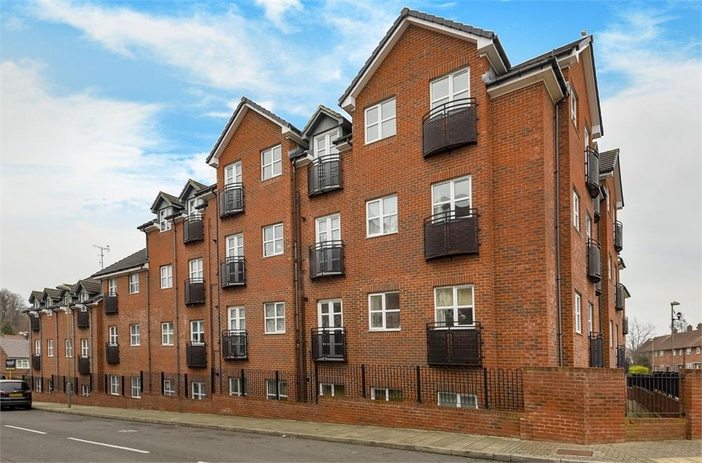 2 Bedrooms Flat for sale in Seven Stiles Court, Ranmore Path, Orpington