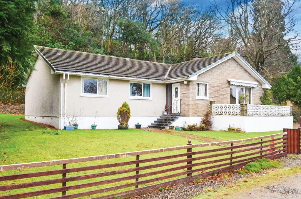 4 Bedrooms Detached Bungalow for sale in Shore Road, Cove, Argyll Bute, G84 0NX