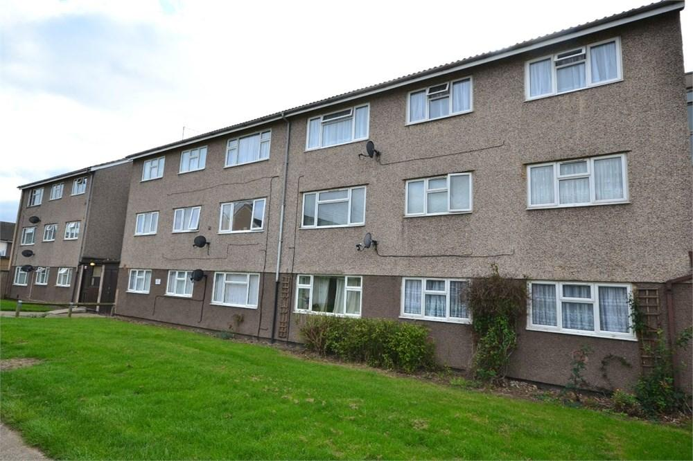 2 Bedrooms Ground Flat for rent in Lyndhurst Road, Corringham, Stanford-le-Hope, SS17