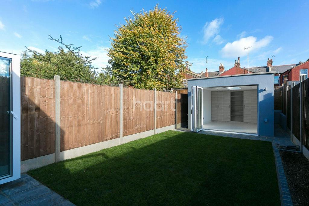 3 Bedrooms Flat for sale in Cedar Road, NW2