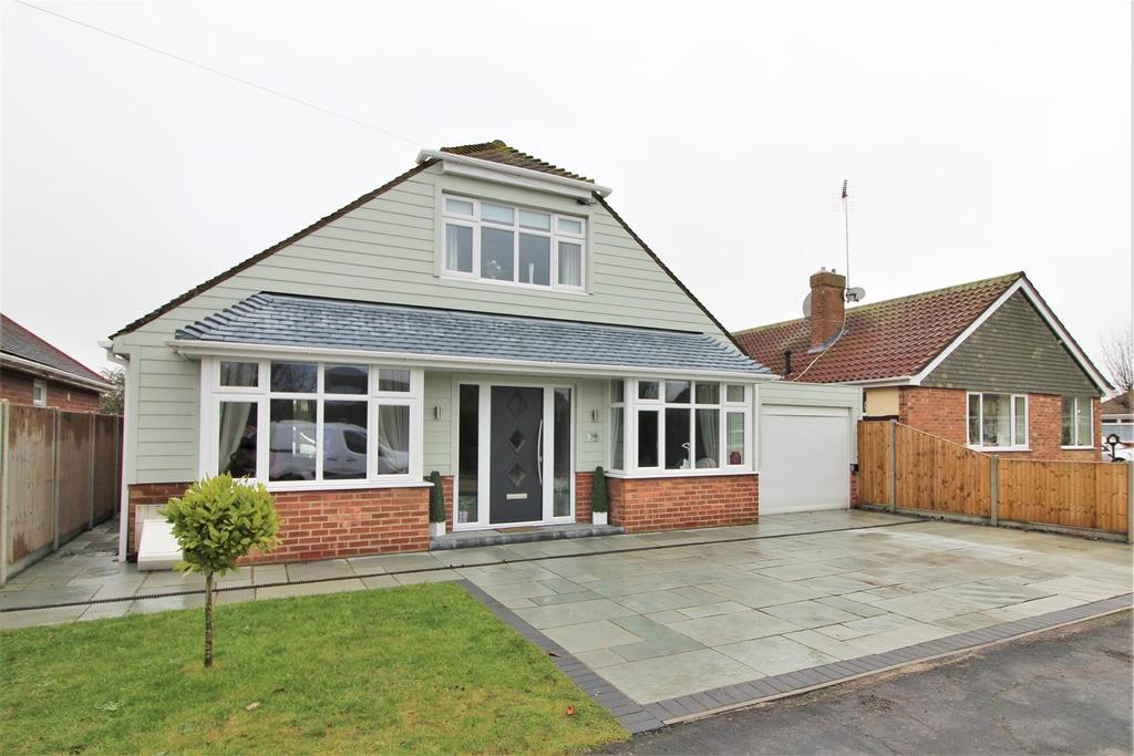 2 Bedrooms Chalet House for sale in Seafields Road, Clacton-On-Sea