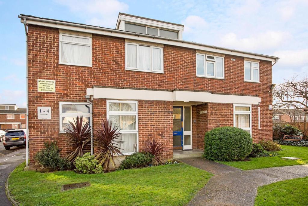 2 Bedrooms Apartment Flat for sale in Gerard Gardens, Rainham, Essex, RM13