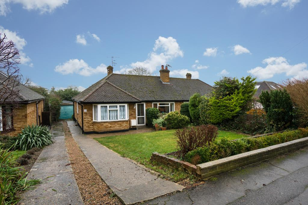 2 Bedrooms Semi Detached Bungalow for sale in Covert Road, Northchurch, Berkhamsted HP4