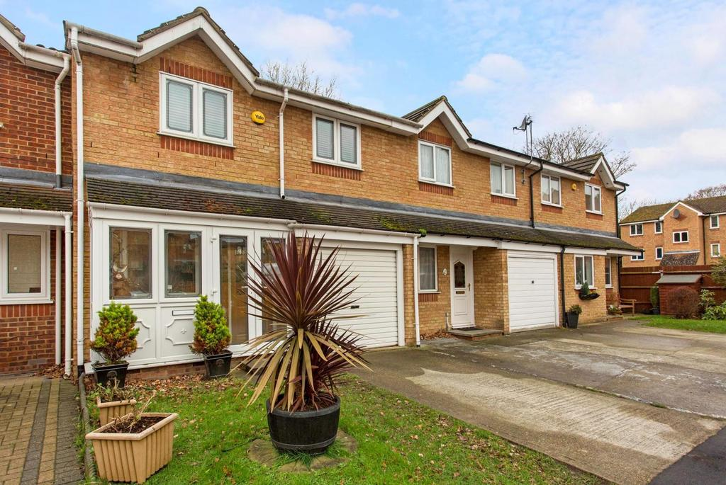 3 Bedrooms Terraced House for sale in Webster Close, Hornchurch, Essex, RM12