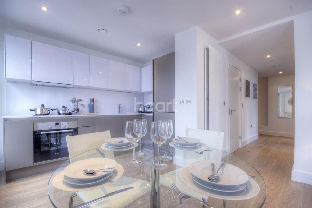 2 Bedrooms Flat for sale in Cedar House, North West Village