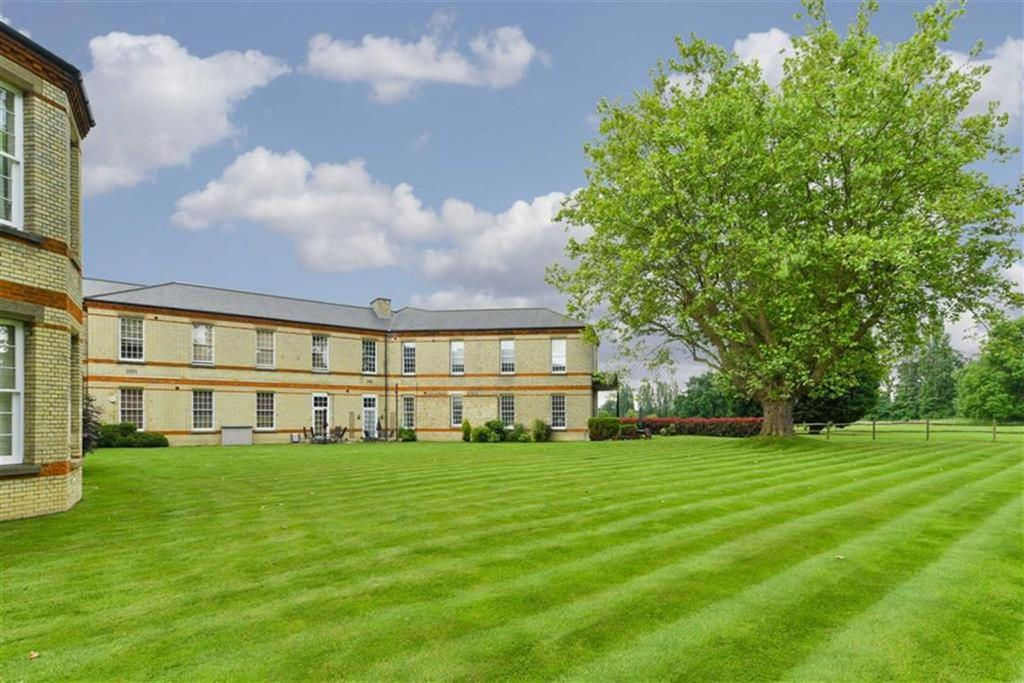 2 Bedrooms Flat for sale in Gladstone House, Epsom, Surrey