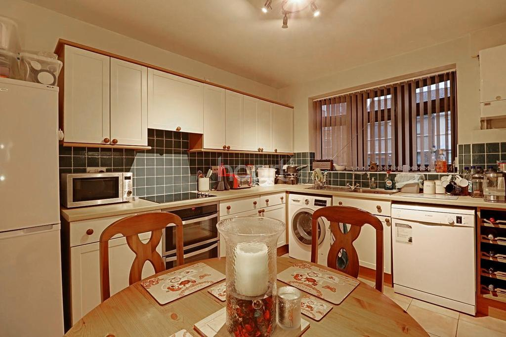 3 Bedrooms Terraced House for sale in Dukes Avenue, Grays