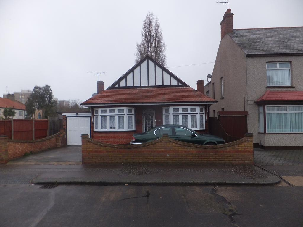3 Bedrooms Detached Bungalow for sale in Rylands Road, Southend on Sea SS7