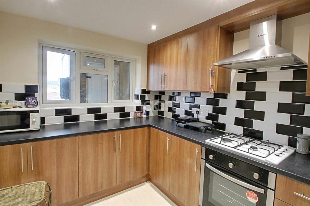 3 Bedrooms Flat for sale in Brammas Close