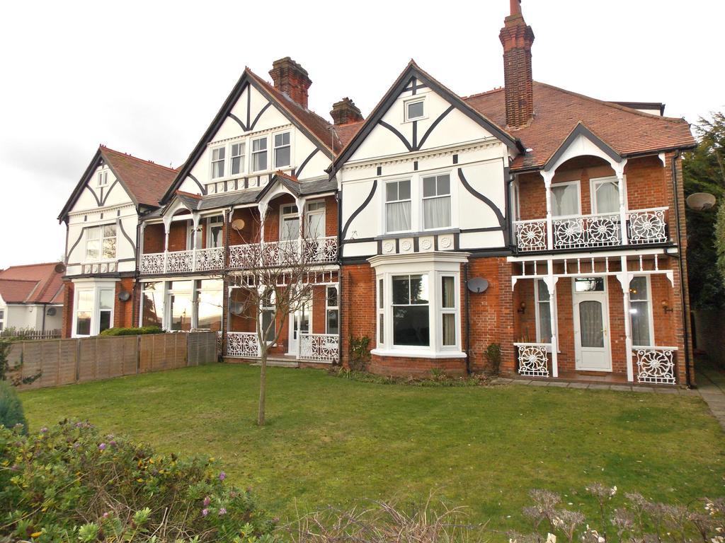 3 Bedrooms Flat for sale in Wellington Court, Hamilton Gardens, Felixstowe, IP11