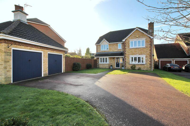 4 Bedrooms Detached House for sale in Avebury Close, Horsham