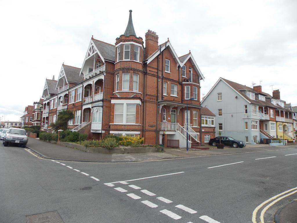 2 Bedrooms Flat for sale in Rosebery Court, Sea Road, Felixstowe, IP11