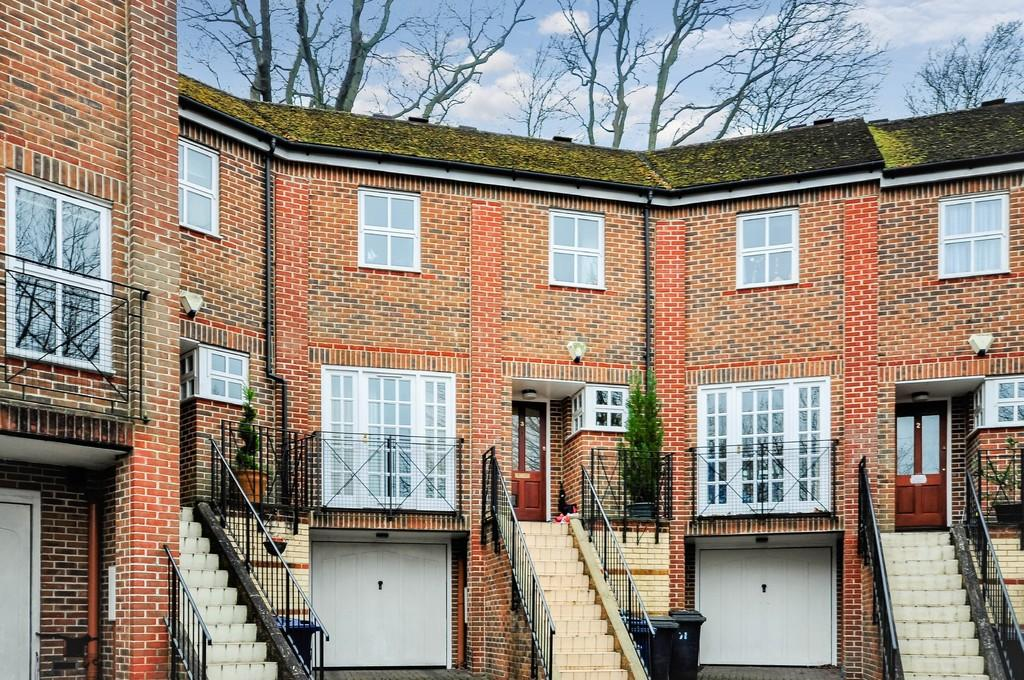 5 Bedrooms Town House for sale in Camargue Place, Godalming