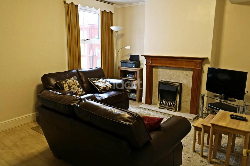 3 Bedrooms Semi Detached House for sale in Cove road, Fleet