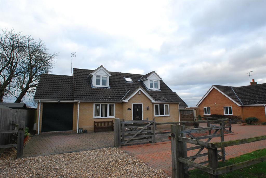 3 Bedrooms Chalet House for sale in Sandpit Drive, Thurston, Bury St. Edmunds