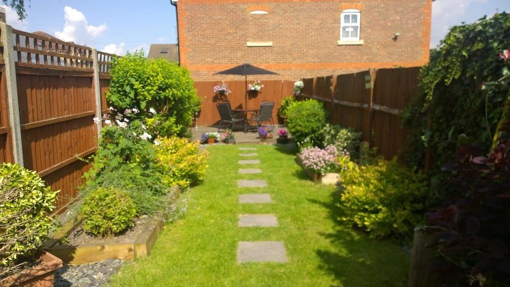 2 Bedrooms Terraced House for rent in Chiltern Road, Dunstable