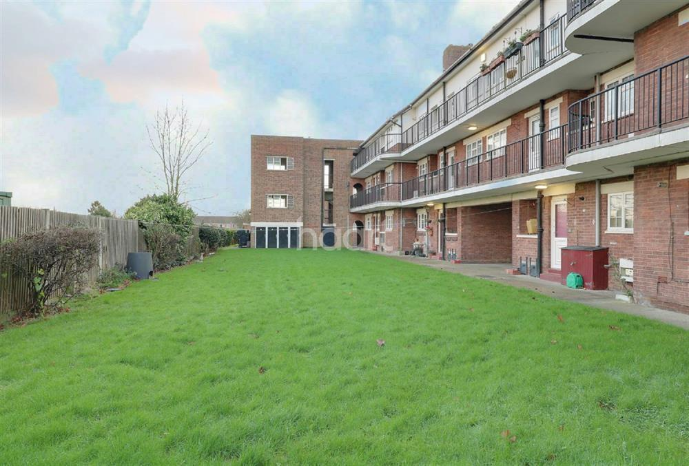 2 Bedrooms Flat for sale in Ashridge Court, Southgate, N14