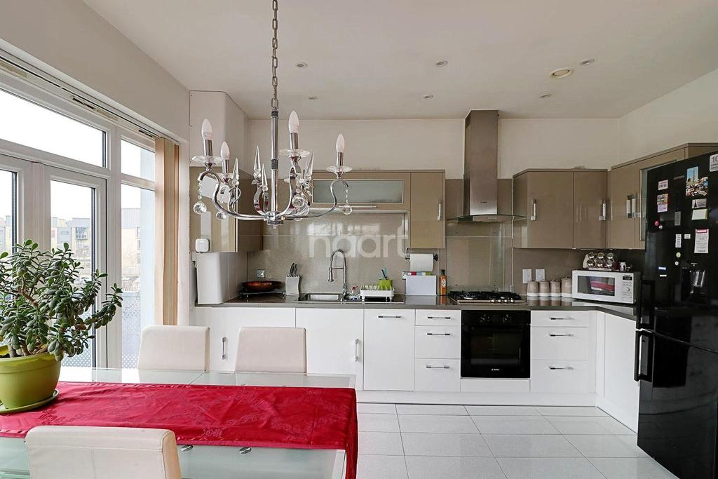 2 Bedrooms Flat for sale in Wraysbury Drive, West Drayton